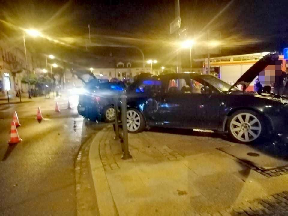 Zderzenie dwóch samochodów na rynku [FOTO]
