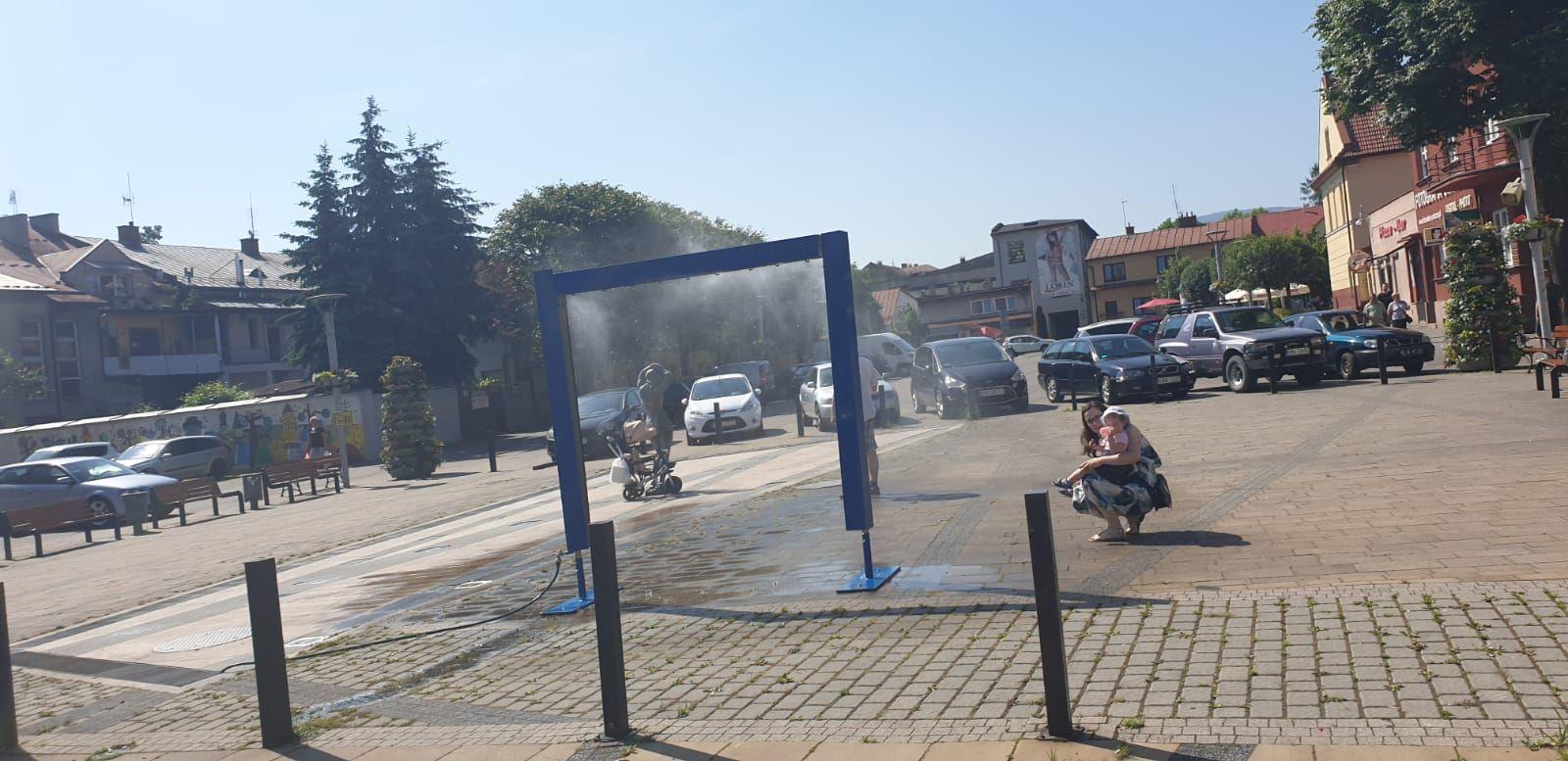 Fontanna nie działa, ale na placu Mickiewicza zamontowano kurtynę wodną