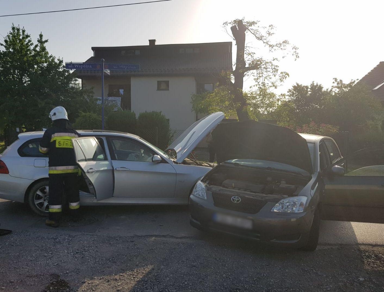 Zderzenie dwóch aut na skrzyżowaniu