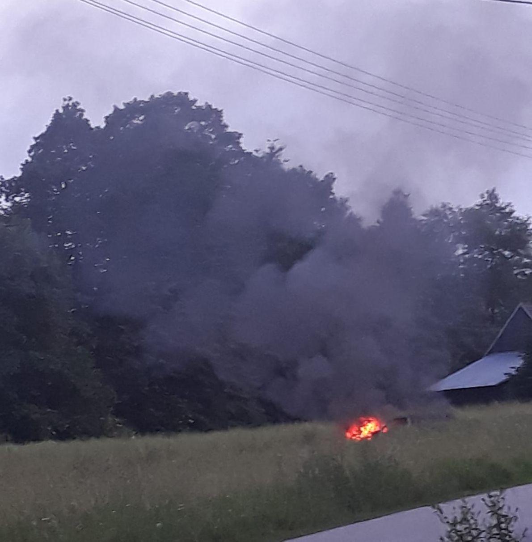 Pożar samochodu na... łące. Co tam się wydarzyło?