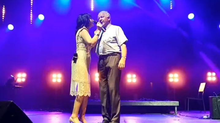 Burmistrz zaszalał. Wyszedł na scenę, zaczął tańczyć i śpiewać