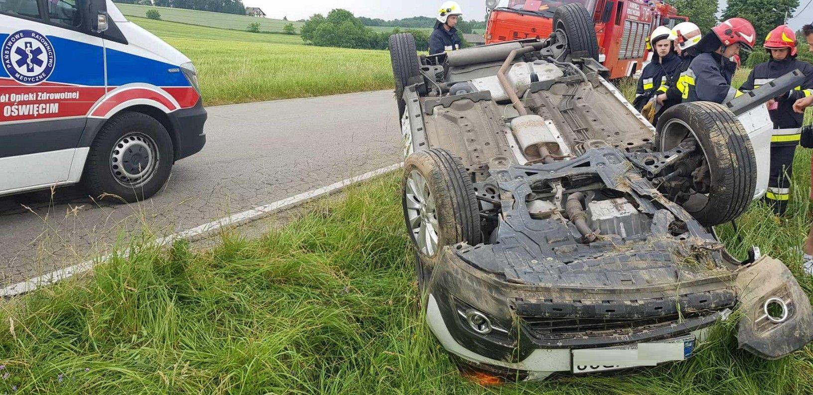Dachowanie na Wadowickiej, kierowca trafił do szpitala