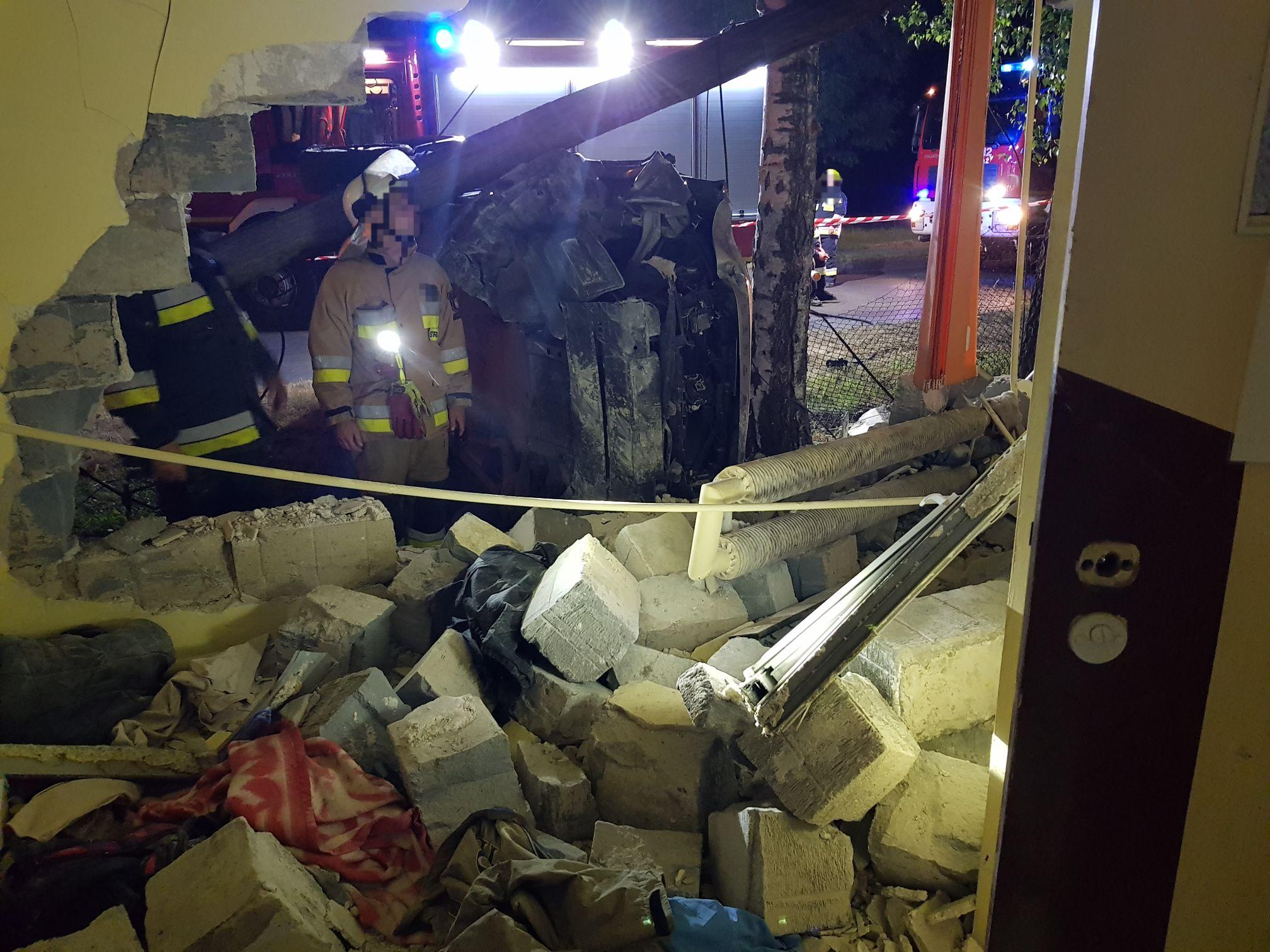 Nocny wypadek. Kierowca z Czech uderzył w budynek noclegowni w Kętach
