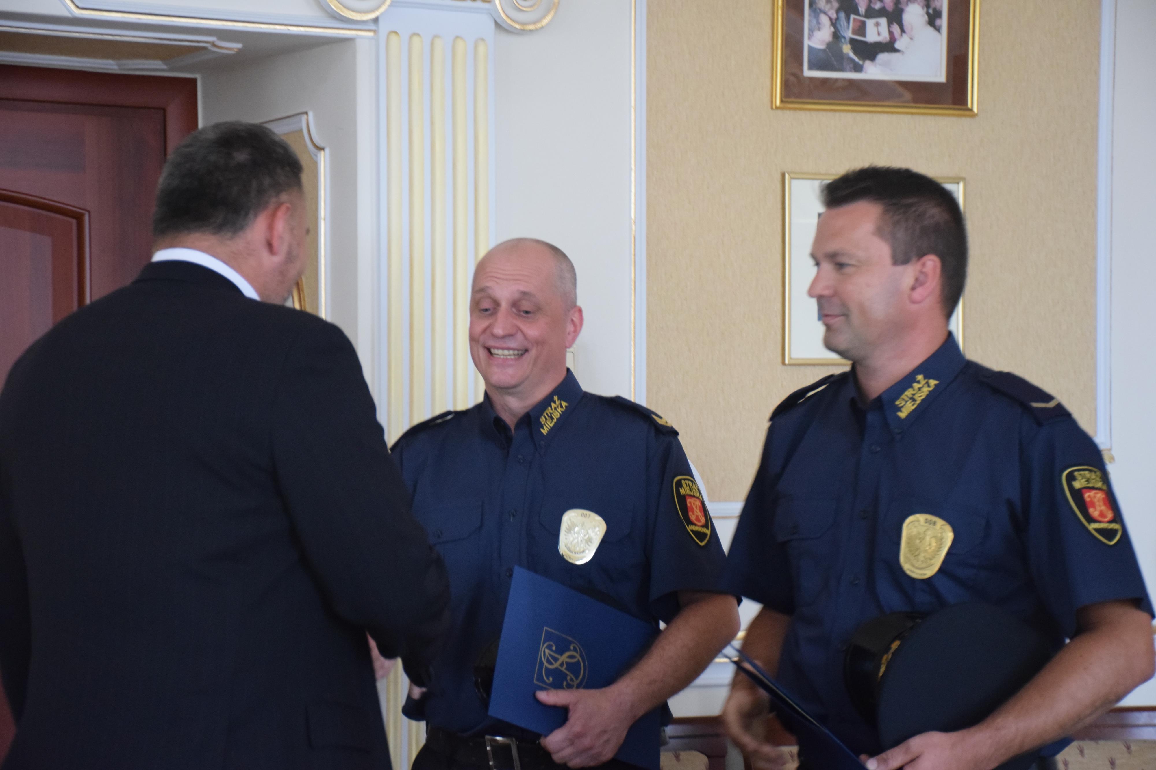 Strażnicy miejscy i komendant nagrodzeni za złapanie nożownika