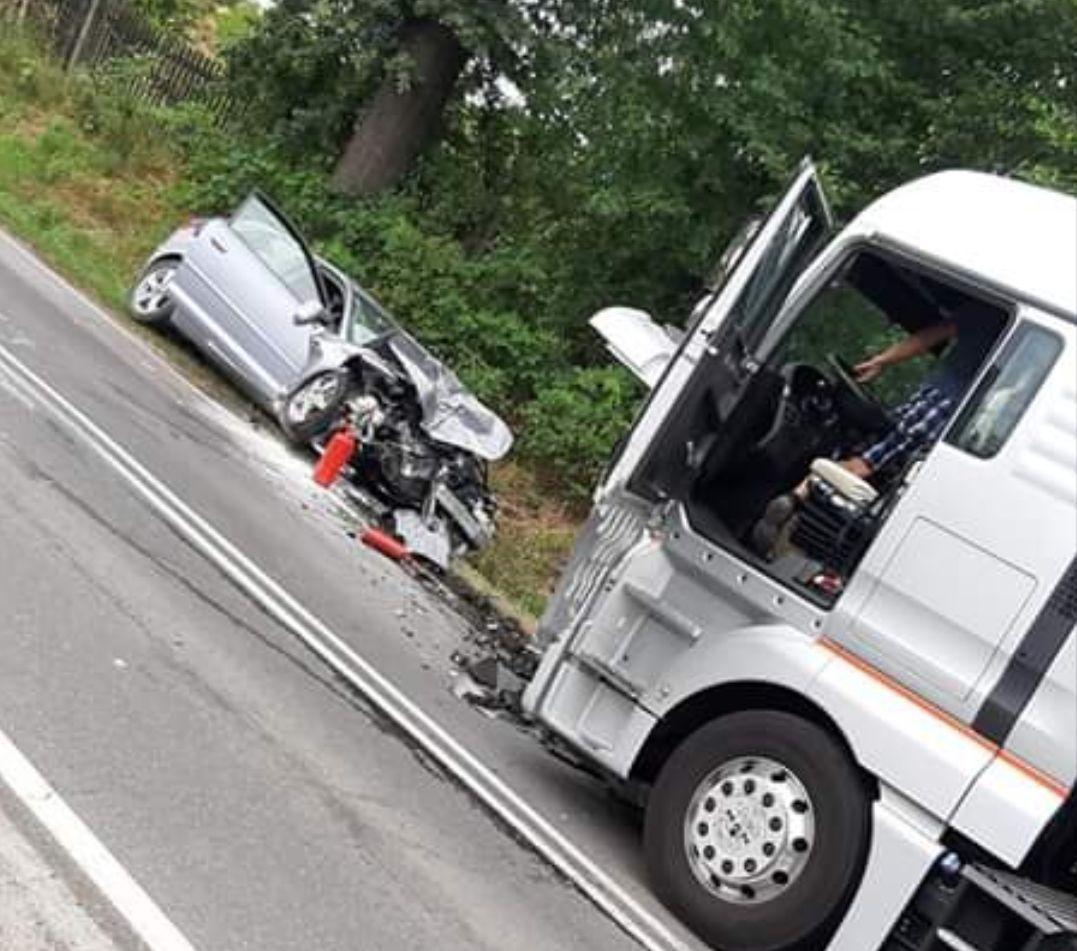 Poważny wypadek na drodze nr 44, zderzenie osobówki z ciężarówką