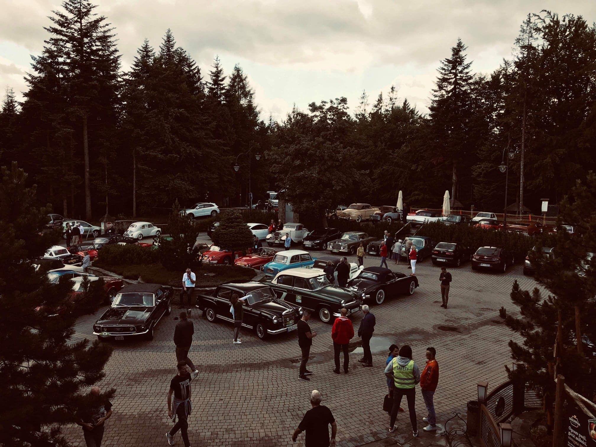 Uczestnicy rajdu pojazdów zabytkowych dotarli na Kocierz [FOTO]