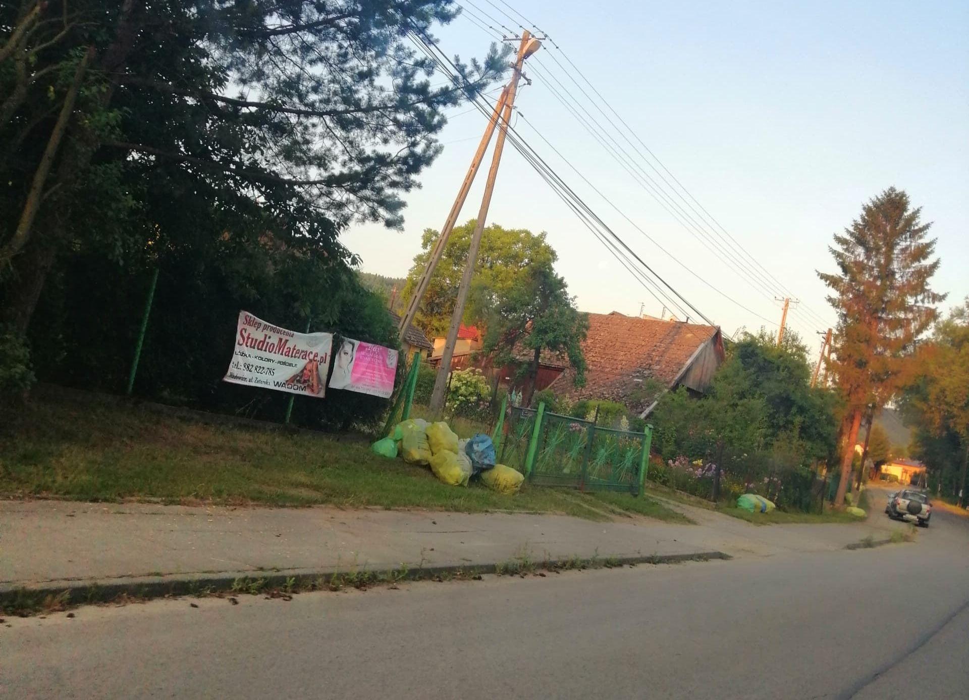 Ciągle nie ogarnęli chaosu ze śmieciami, worki zalegają przy ulicach