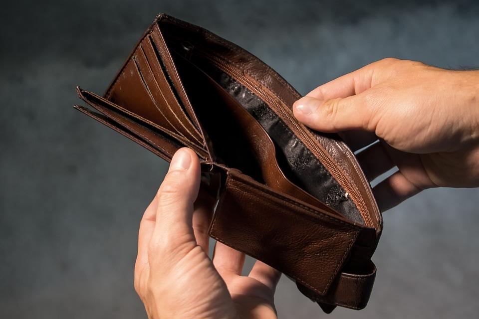 Wszedł do domu, wyciągnął pieniądze z portfela i oddalił się w nieznanym kierunku