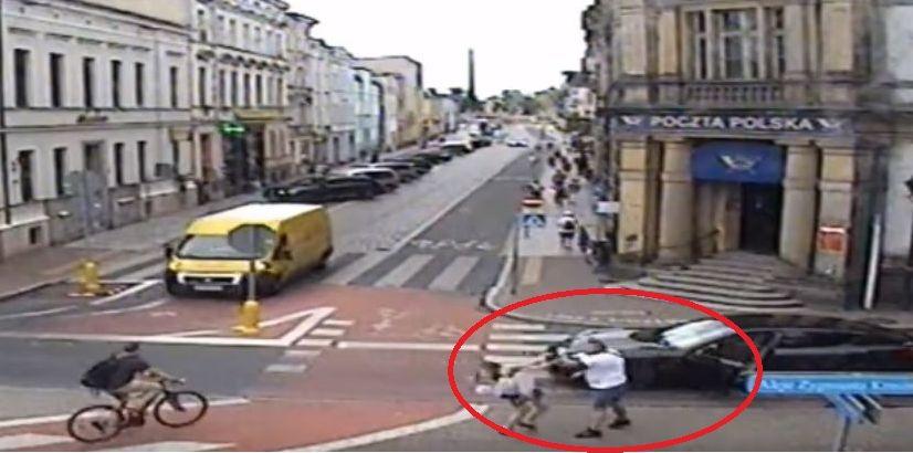 Zatrzymano kierowcę porsche, który pobił kobietę na przejściu dla pieszych