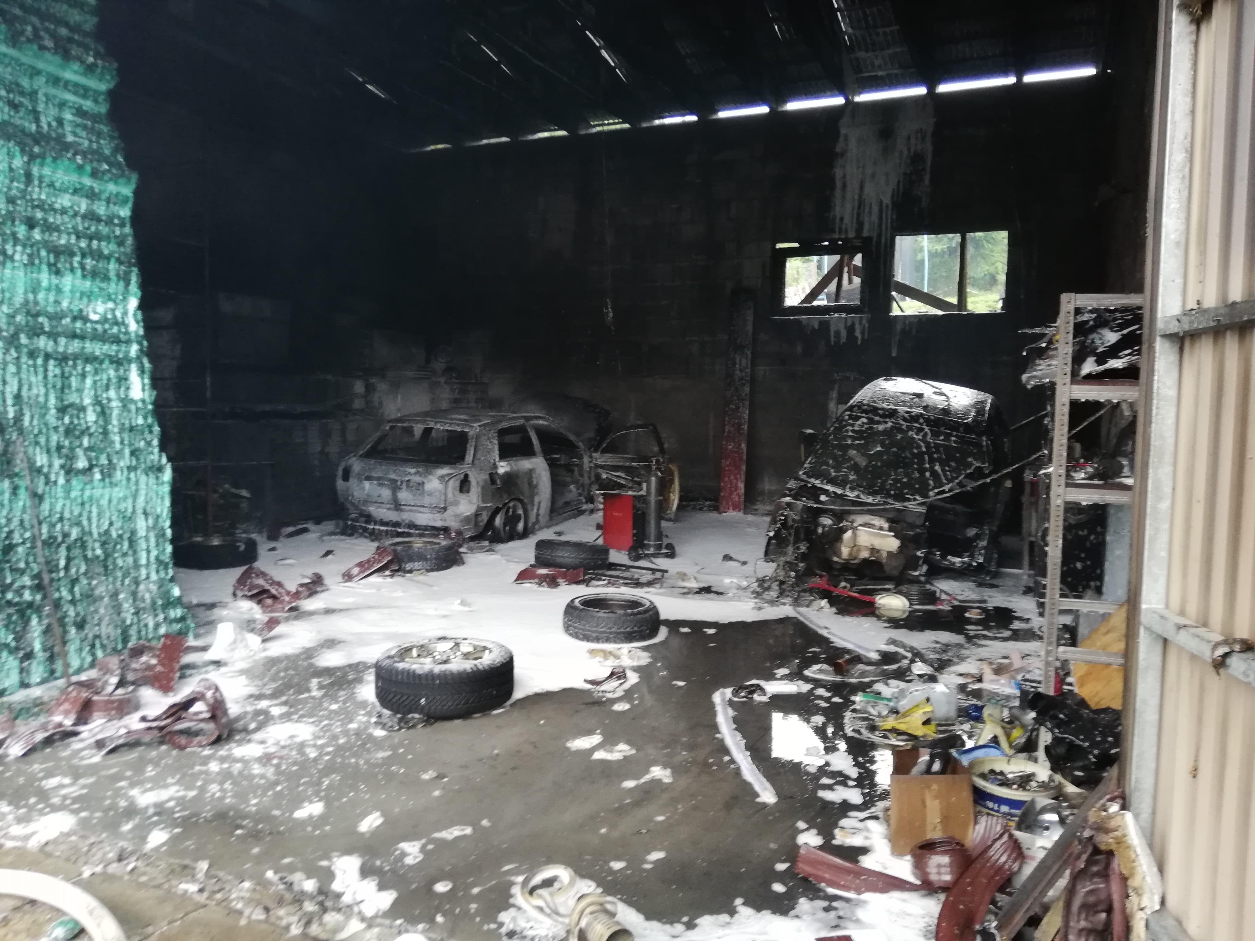 Pożar garażu, spłonęły samochody [FOTO]