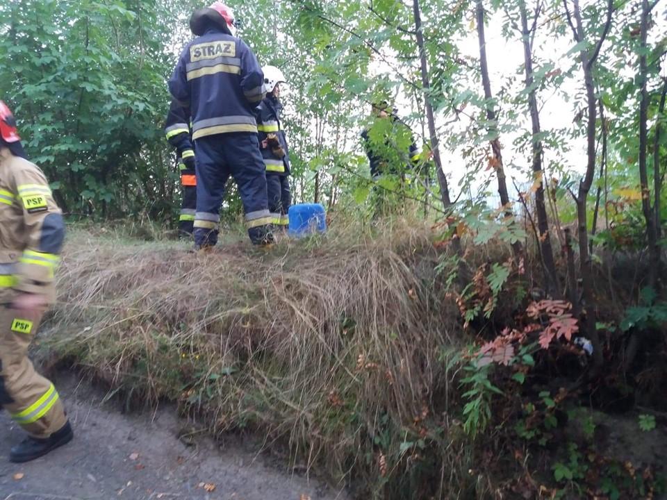 Znaleziono pojemniki z nieznaną substancją w okolicy wąwozu. Interweniowali strażacy i policja