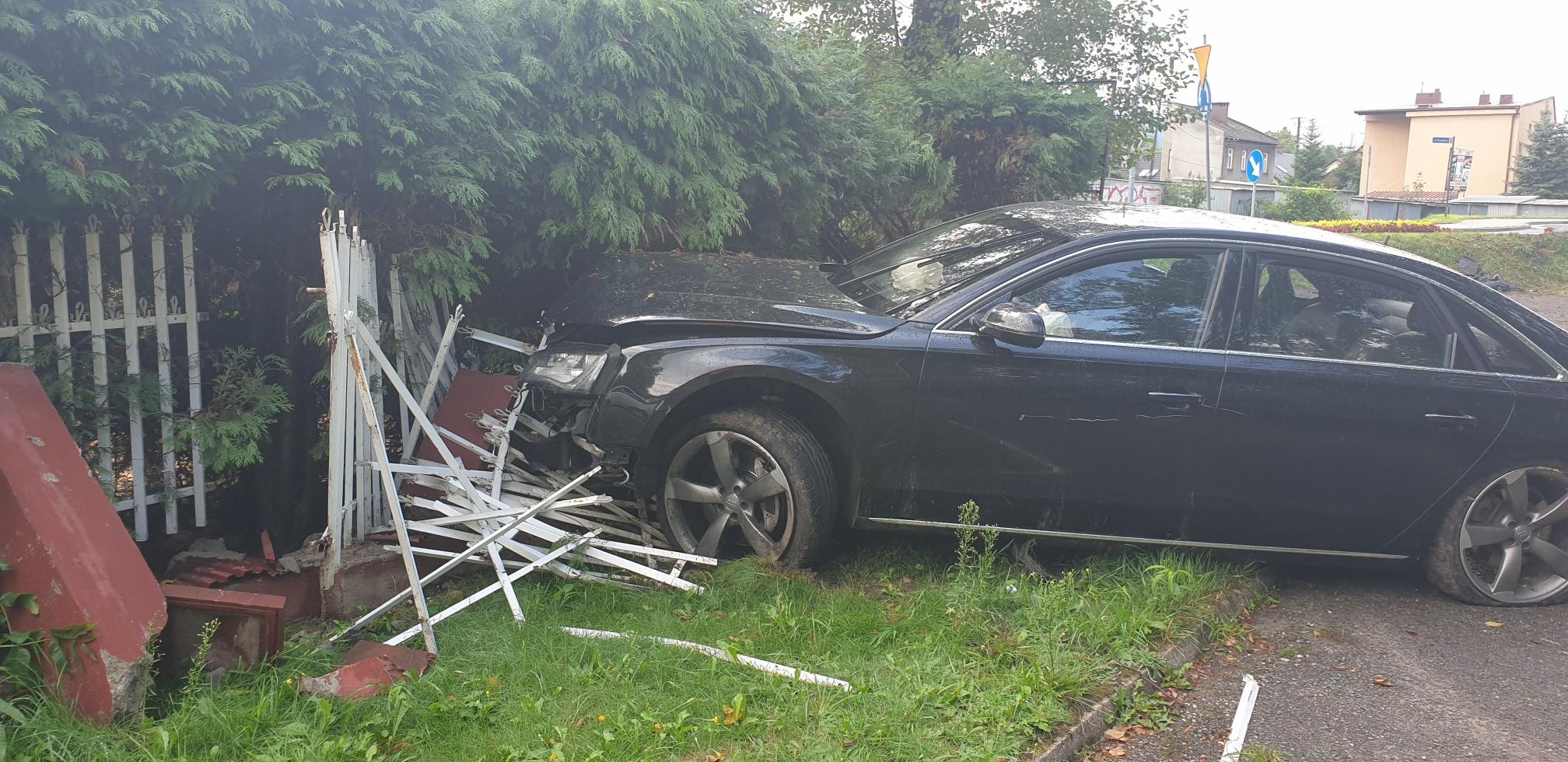 Kierowca audi wjechał w ogrodzenie i uciekł