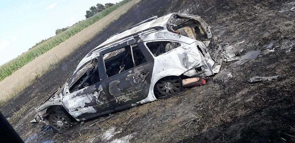Auto spłonęło na środku ścierniska