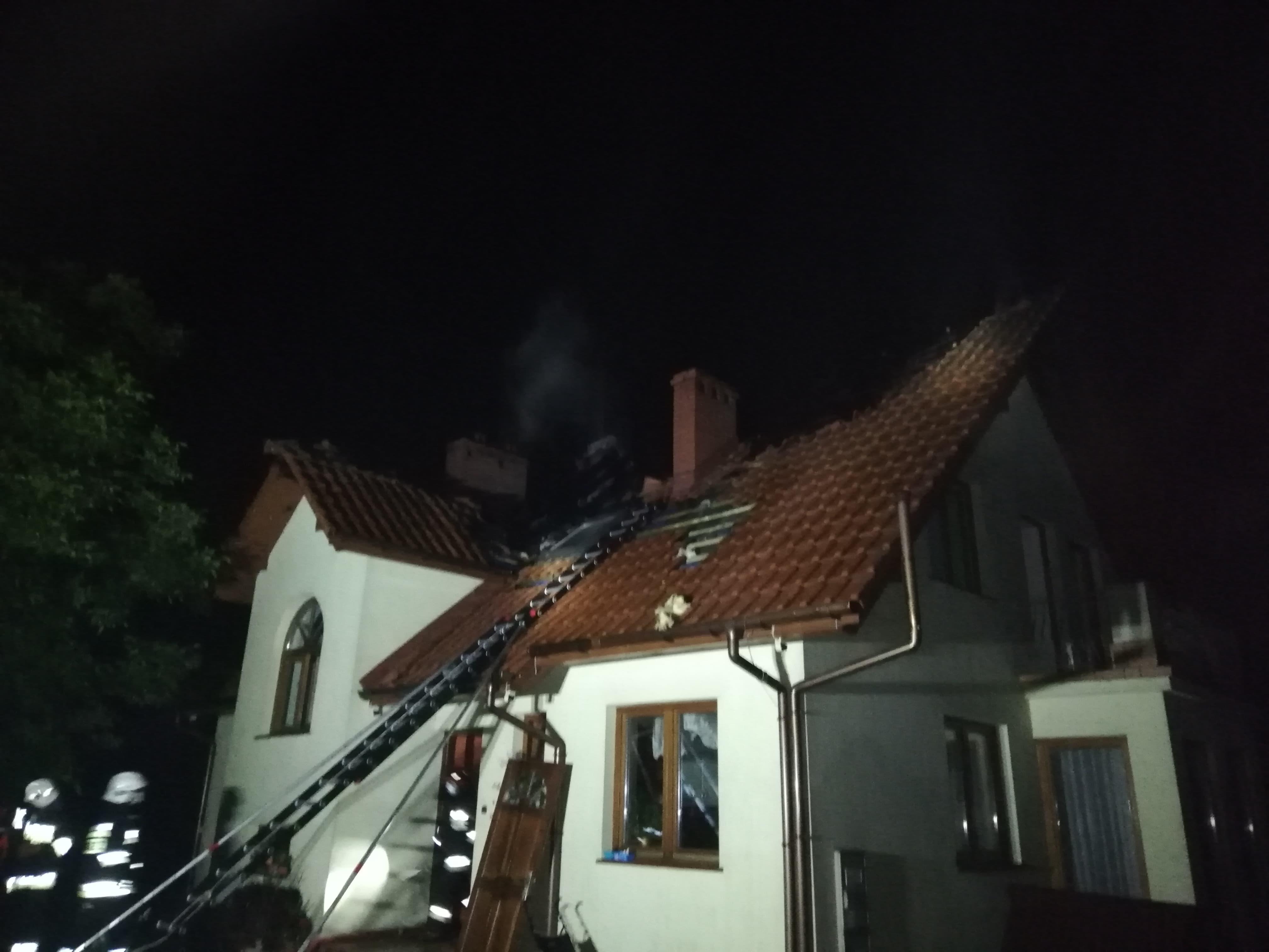 Kilka zastępów straży pożarnej gasiło pożar domu [FOTO]