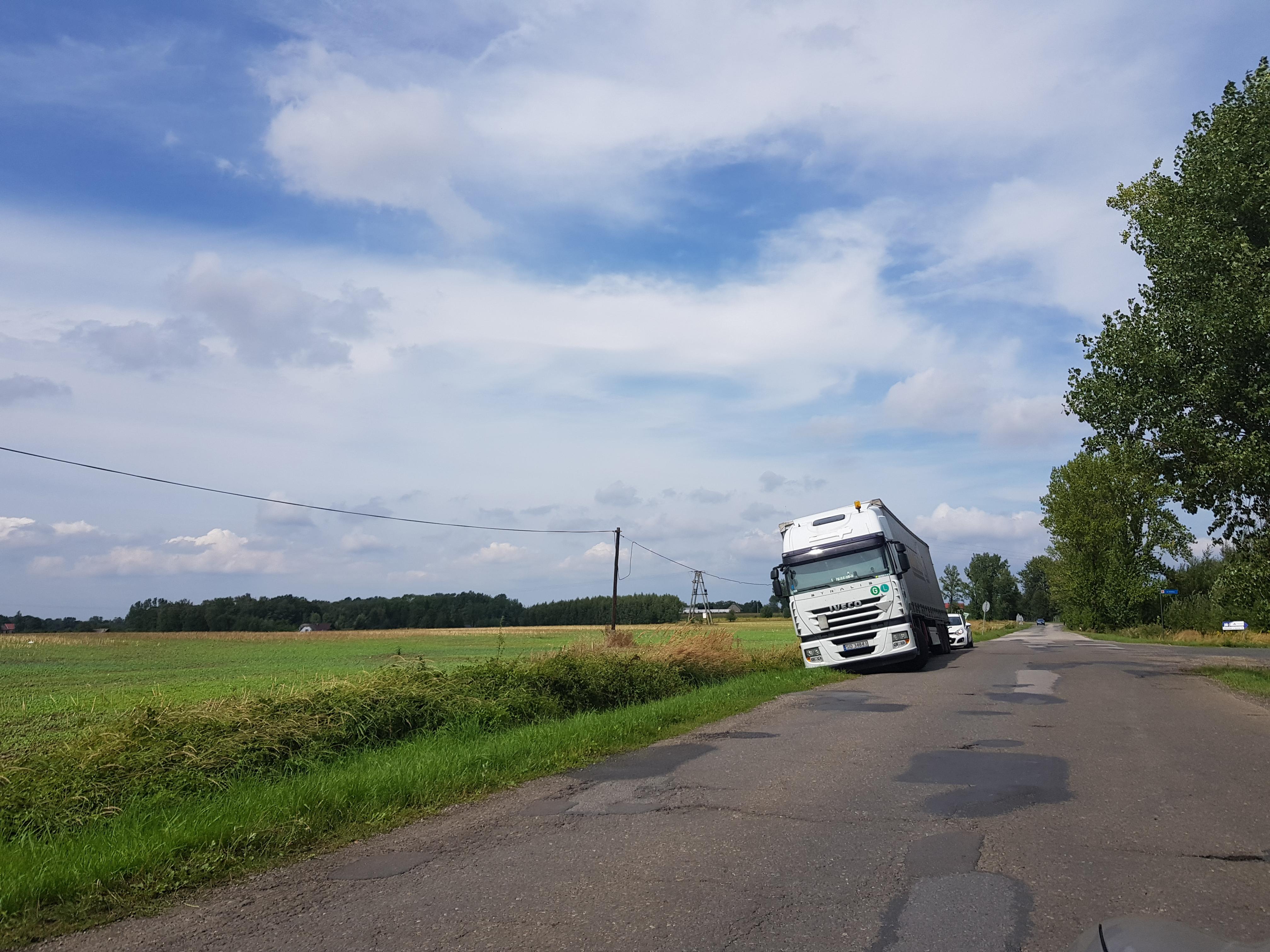 Ciężarówka w rowie na Białej Drodze
