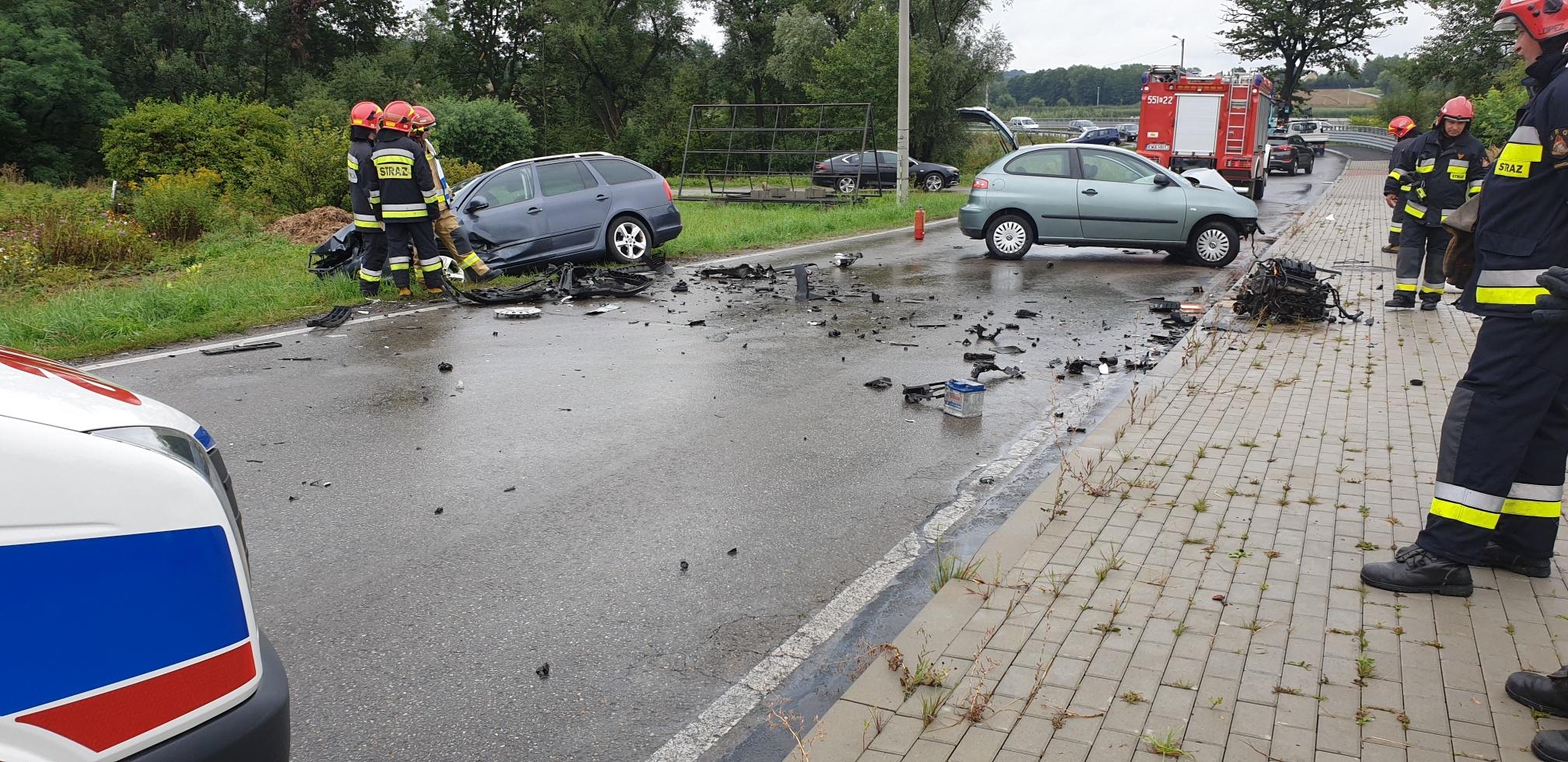 Są poszkodowane osoby w zdarzeniu drogowym na łuku drogi [FOTO] [AKTUALIZACJA]