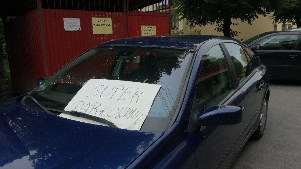 ZDJĘCIE DNIA. Sposób na tych, którzy parkują na zakazie?