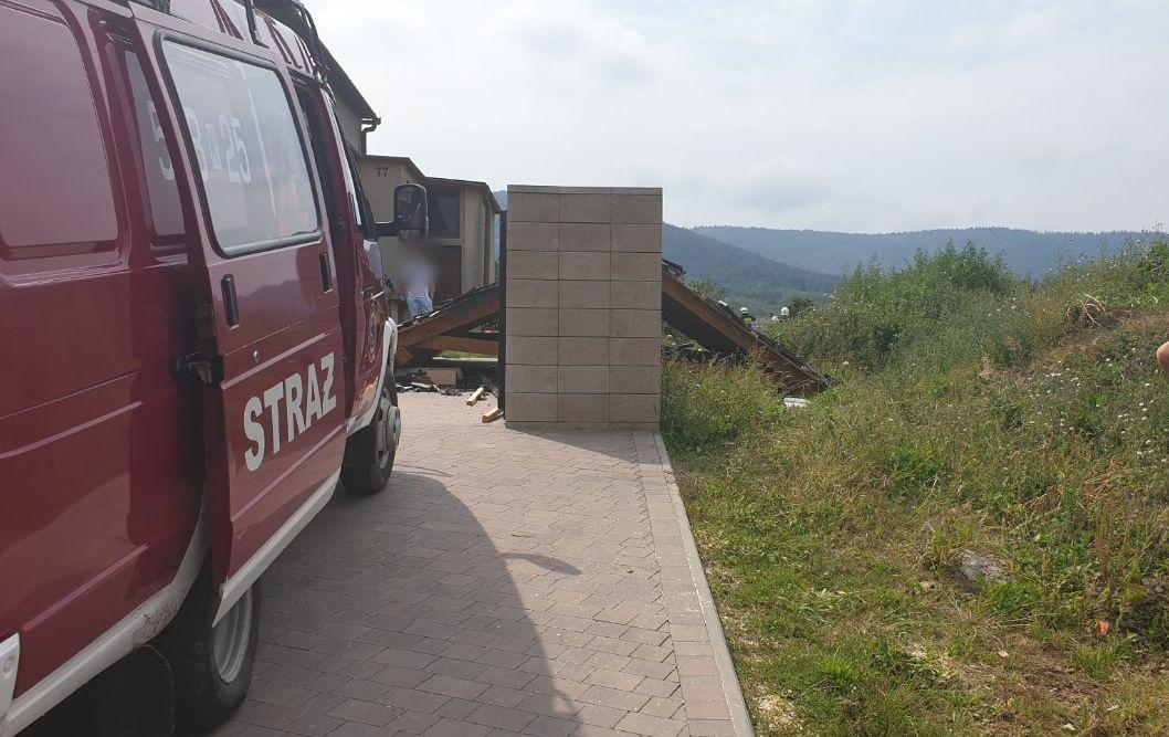 Zawaliła się wiata, do poszkodowanego wezwano strażaków i Lotnicze Pogotowie Ratunkowe [FOTO]