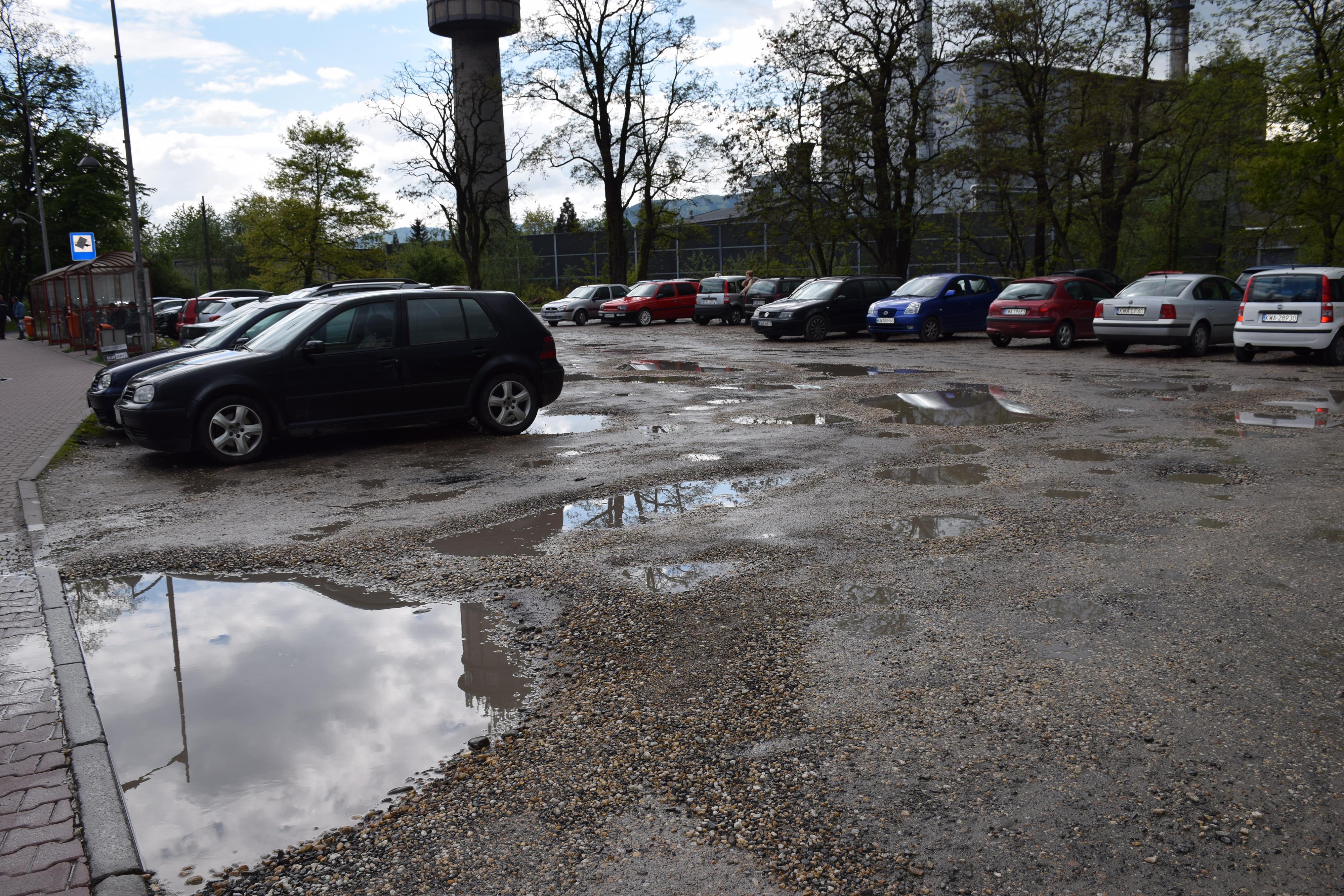 Radny interweniuje w sprawie parkingu obok hali w Andrychowie