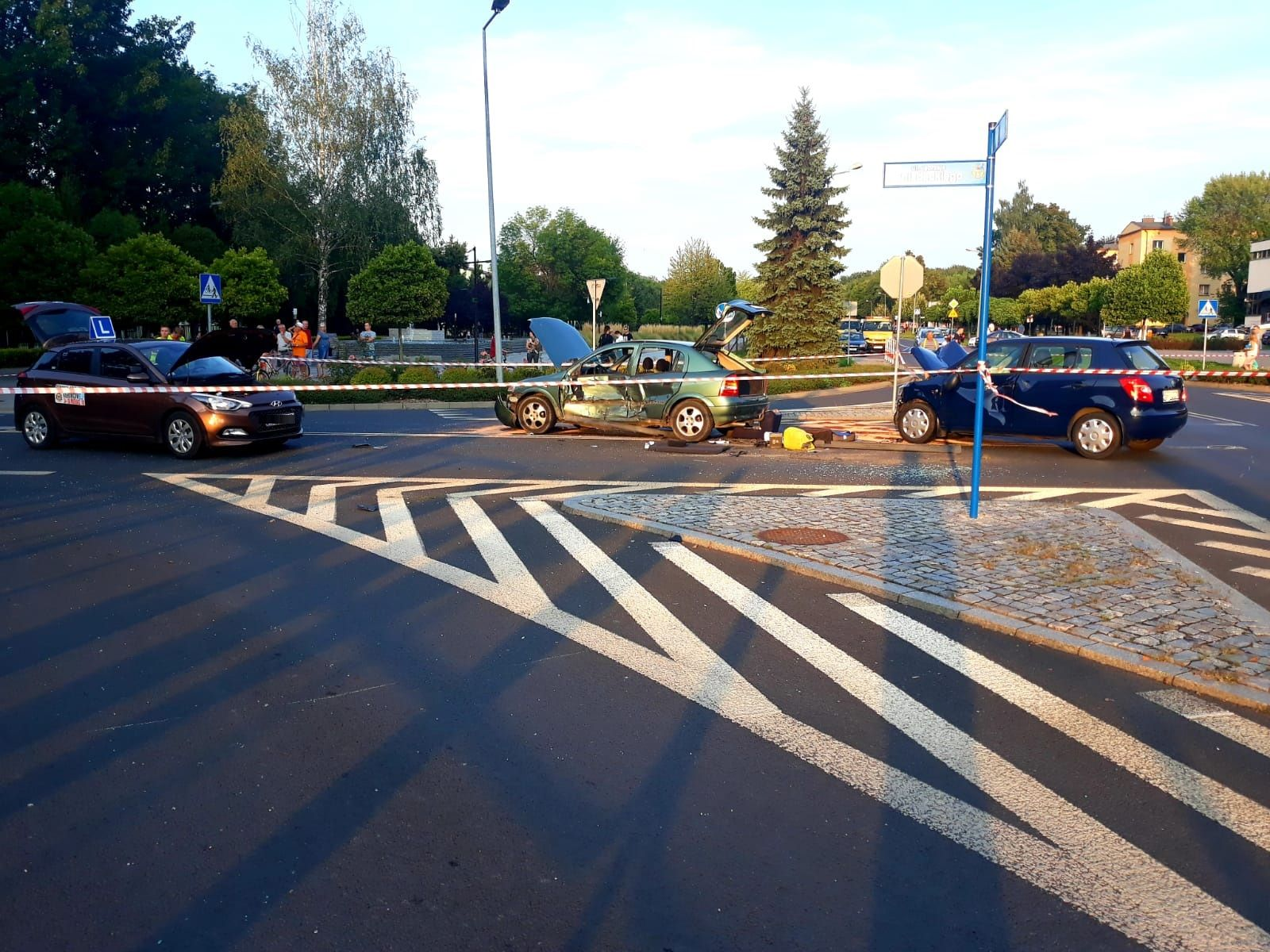 Groźny wypadek na skrzyżowaniu, kilka osób trafiło do szpitala