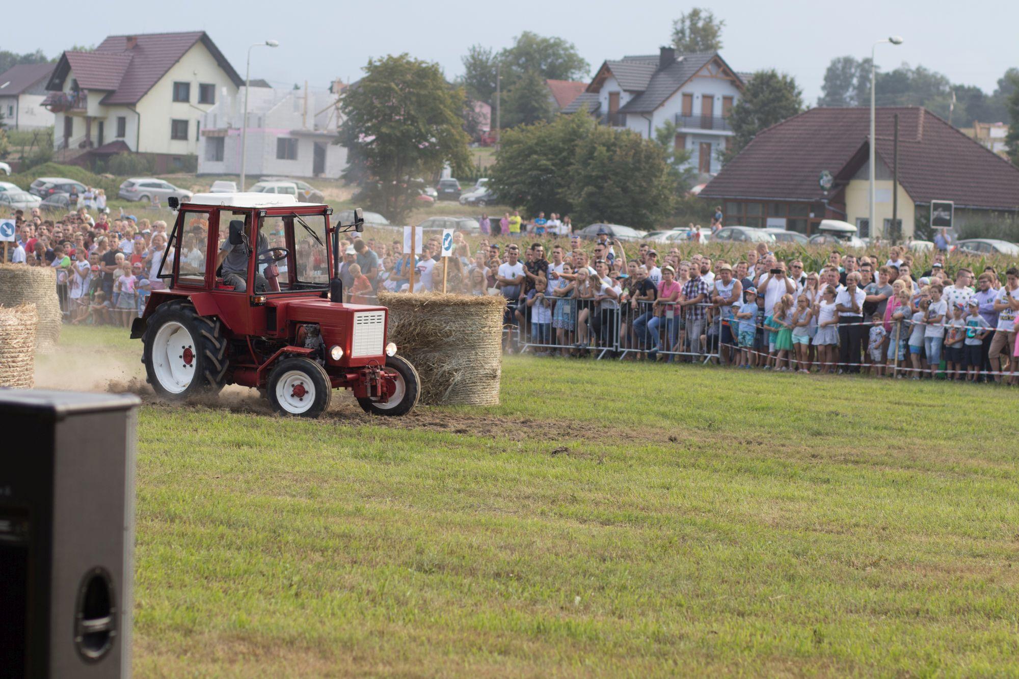 Kolejna edycja wyścigów traktorów podczas dożynek. Tak było [FOTO, VIDEO]