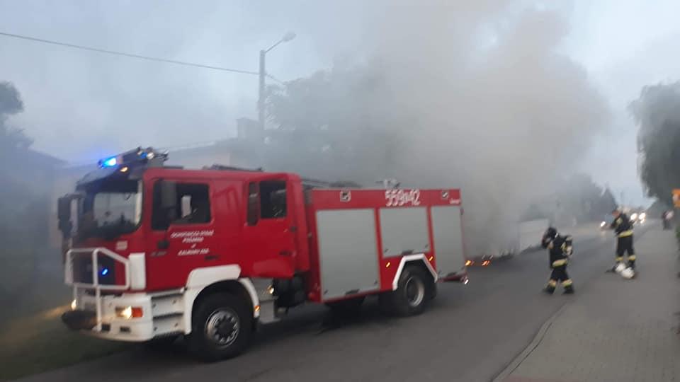 Pożar autobusu, strażacy w akcji