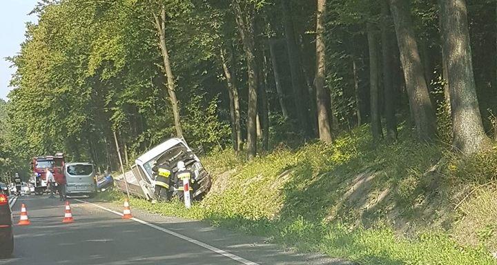 Niebezpiecznie na DK52. Zderzenie dostawczaka z samochodem osobowym