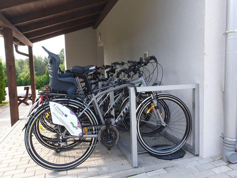Do października czynna jest bezpłatna wypożyczalnia rowerów. Można jeździć po Dolinie Karpia