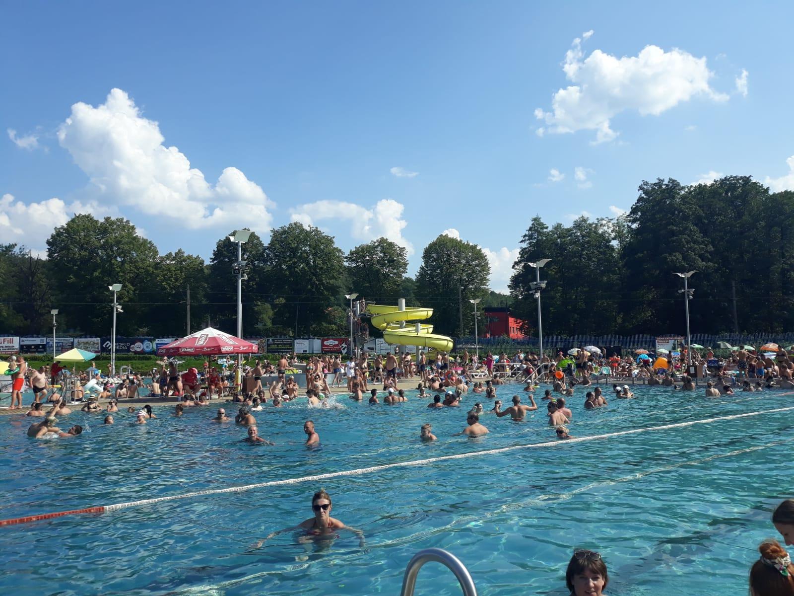 Ostatni dzień z basenem odkrytym w tym roku, trudno znaleźć wolne miejsce [FOTO]