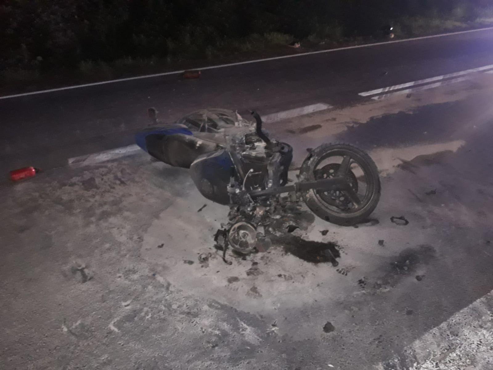 Zderzenie motocykla z ciężarówką. Motor stanął w ogniu, kierowca ciężko ranny