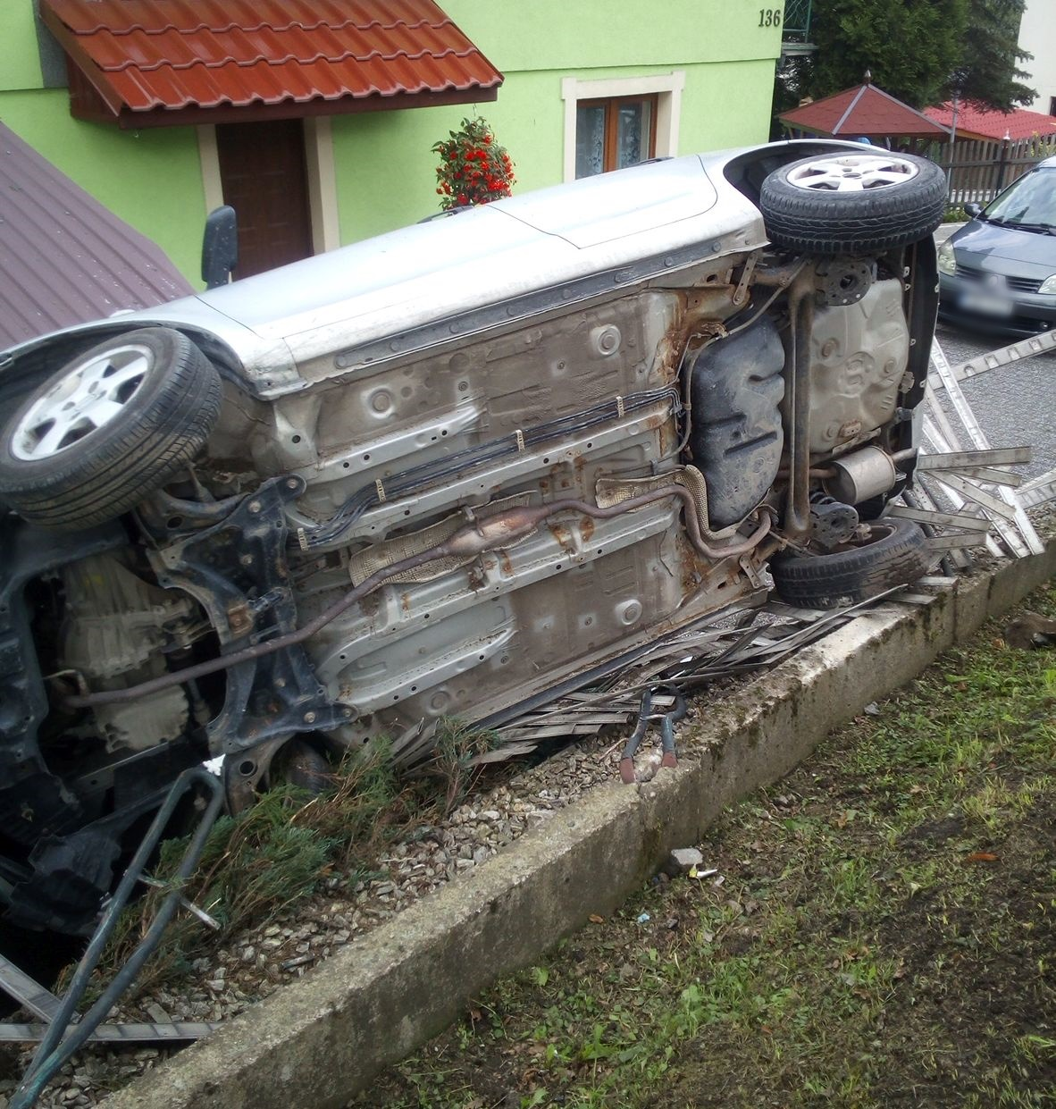 Auto wypadło z drogi. Mieszkańcy: niektórzy przesadzają w tym miejscu z prędkością! [FOTO]