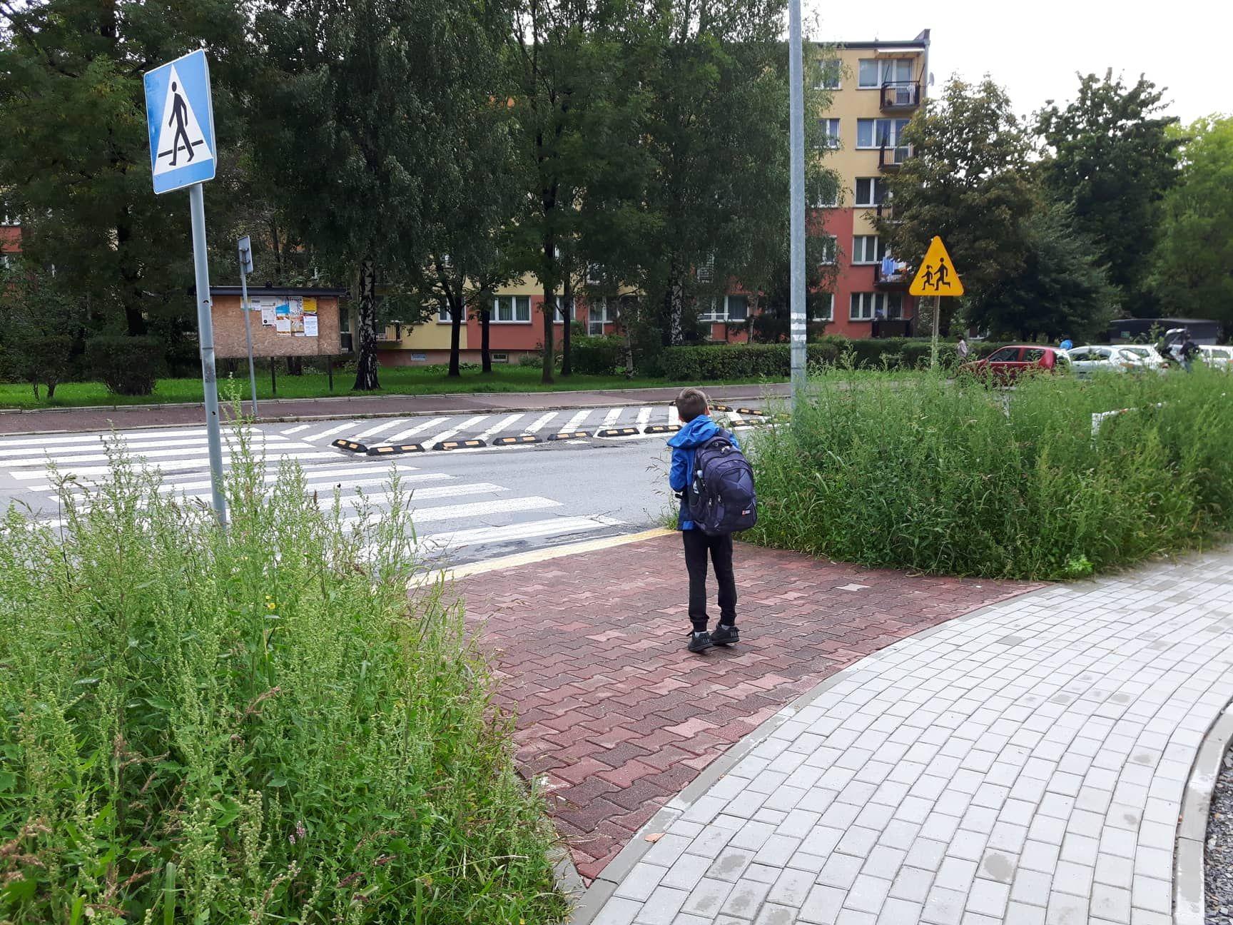 Przed szkołą w Andrychowie: i jak tu przejść? [AKTUALIZACJA]