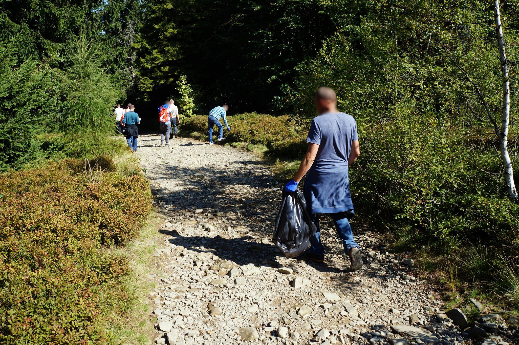 Więźniowie sprzątali szlak na Leskowiec