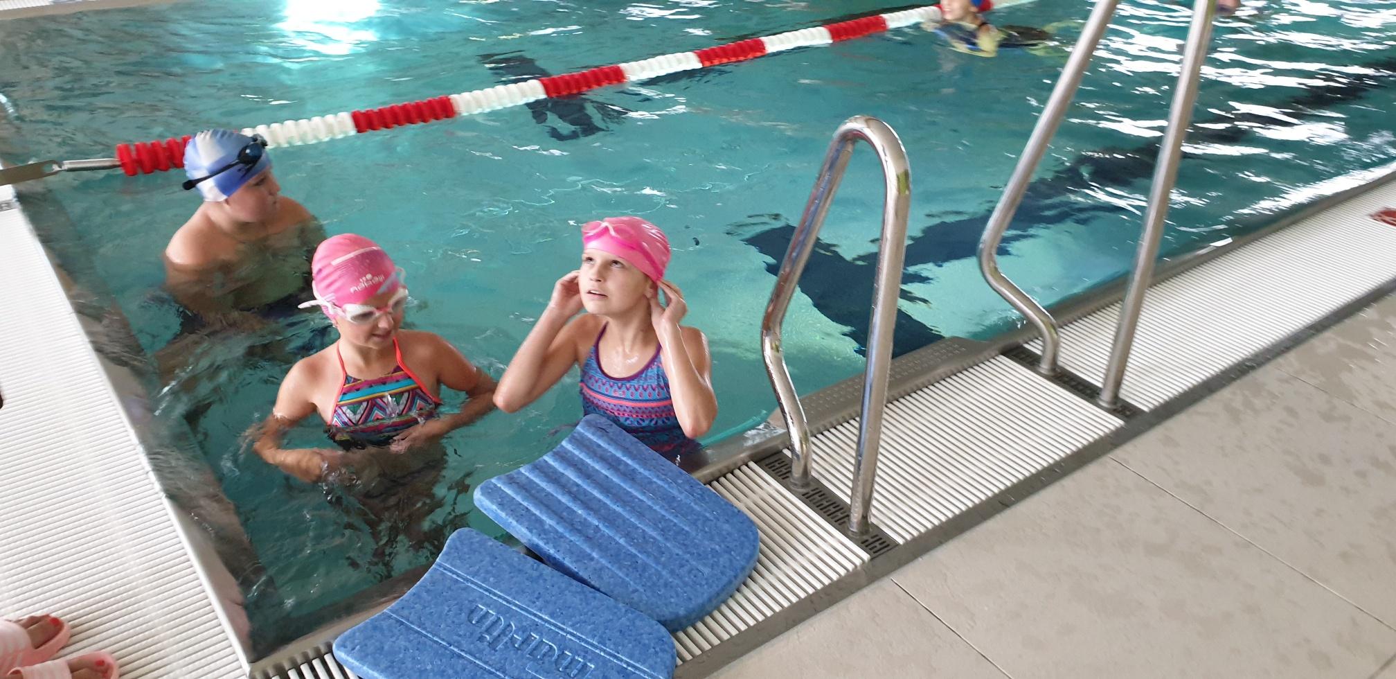 Bezpłatne zajęcia na basenie w Andrychowie. Jako pierwsi uczniowie z Rzyk [FOTO]
