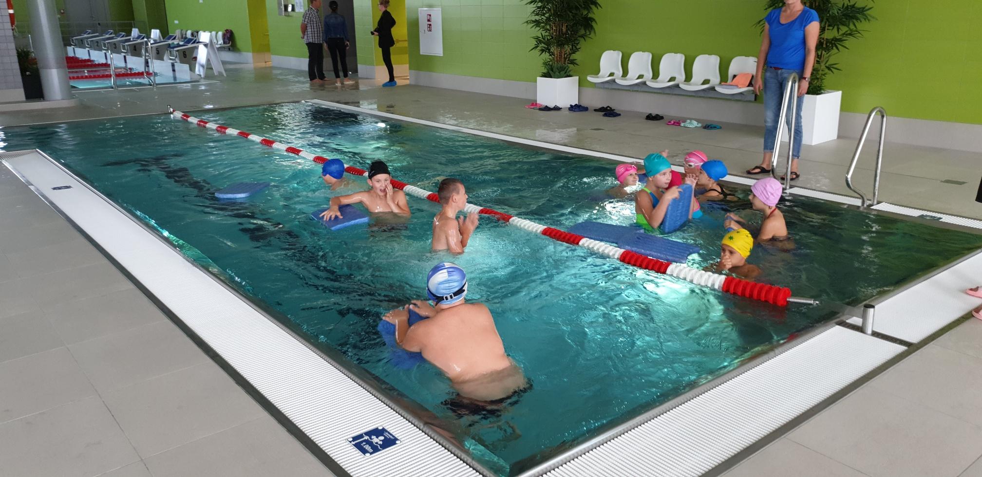Dzieci dojeżdżają na basen komunikacją miejską bezpłatnie