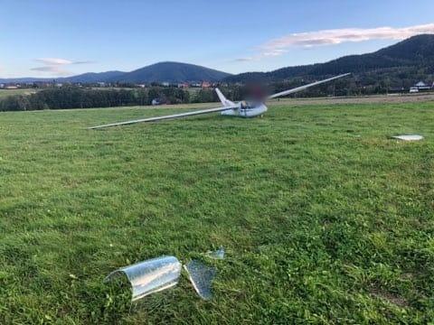 Awaryjne lądowanie szybowca na łące w Roczynach