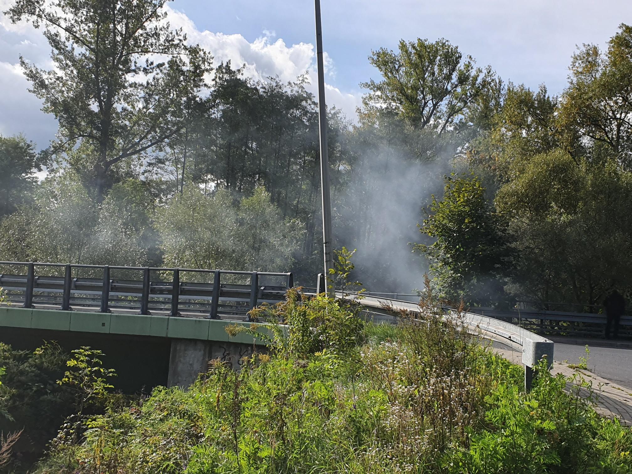 Pod mostem palą ogniska. To może być niebezpieczne