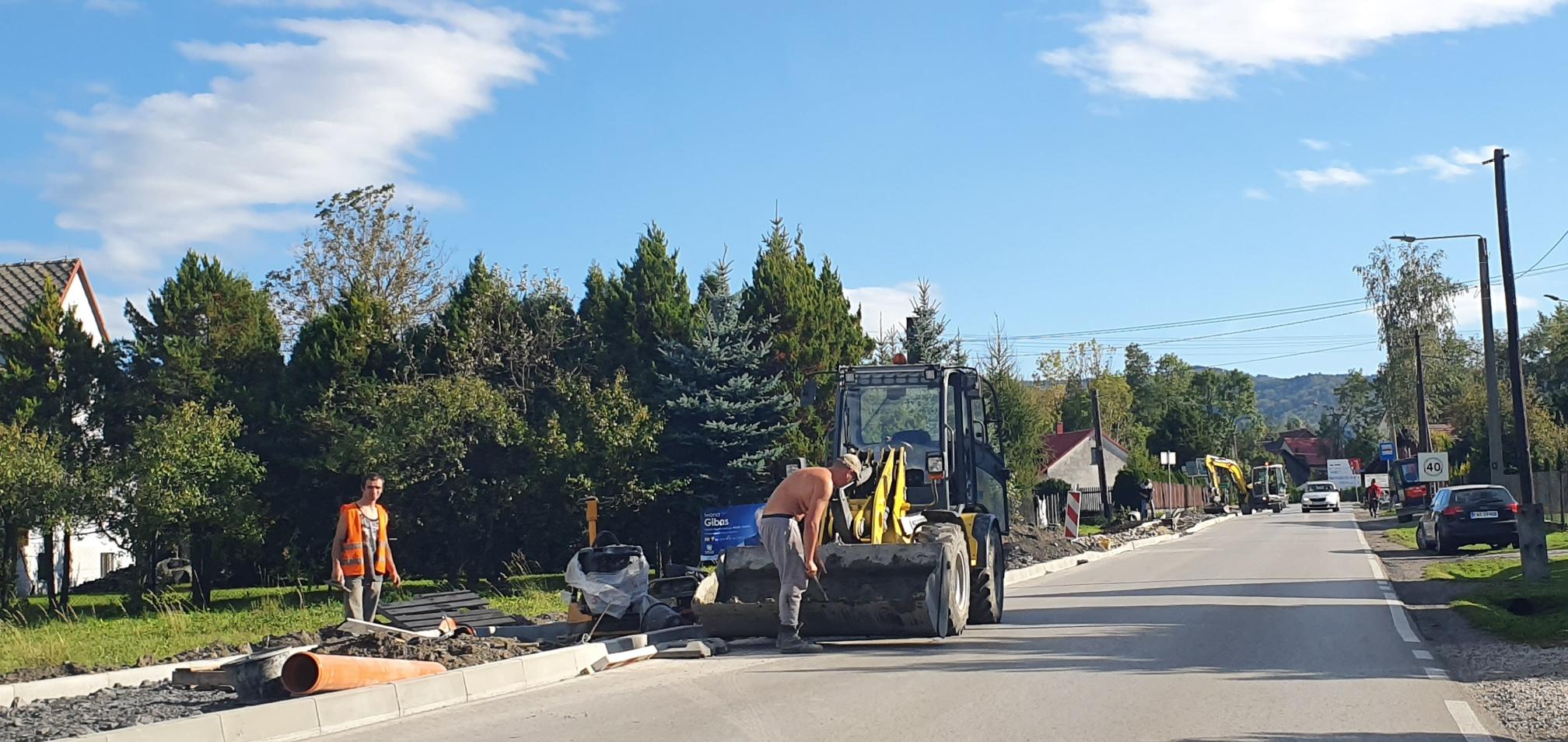 Buduje się chodnik przy ruchliwej drodze [FOTO]