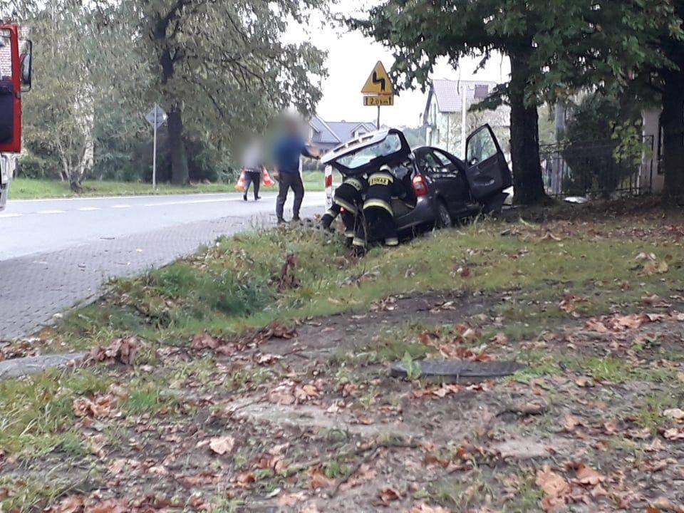Wypadek! Samochód uderzył w drzewo