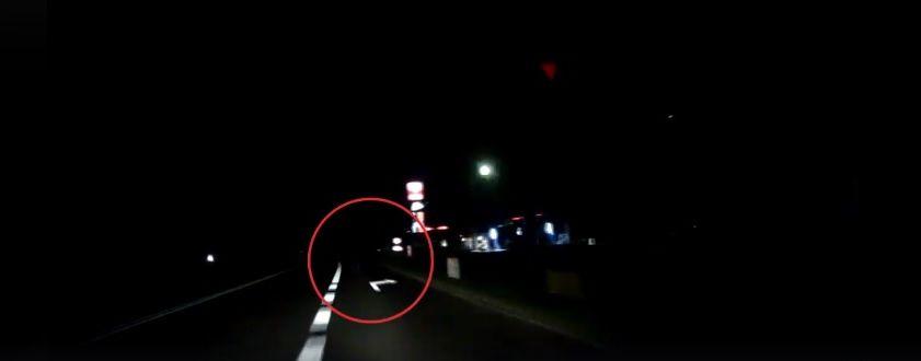 Wieczorem noś odblaski. Policja opublikowała wstrząsający film z potrącenia pieszego