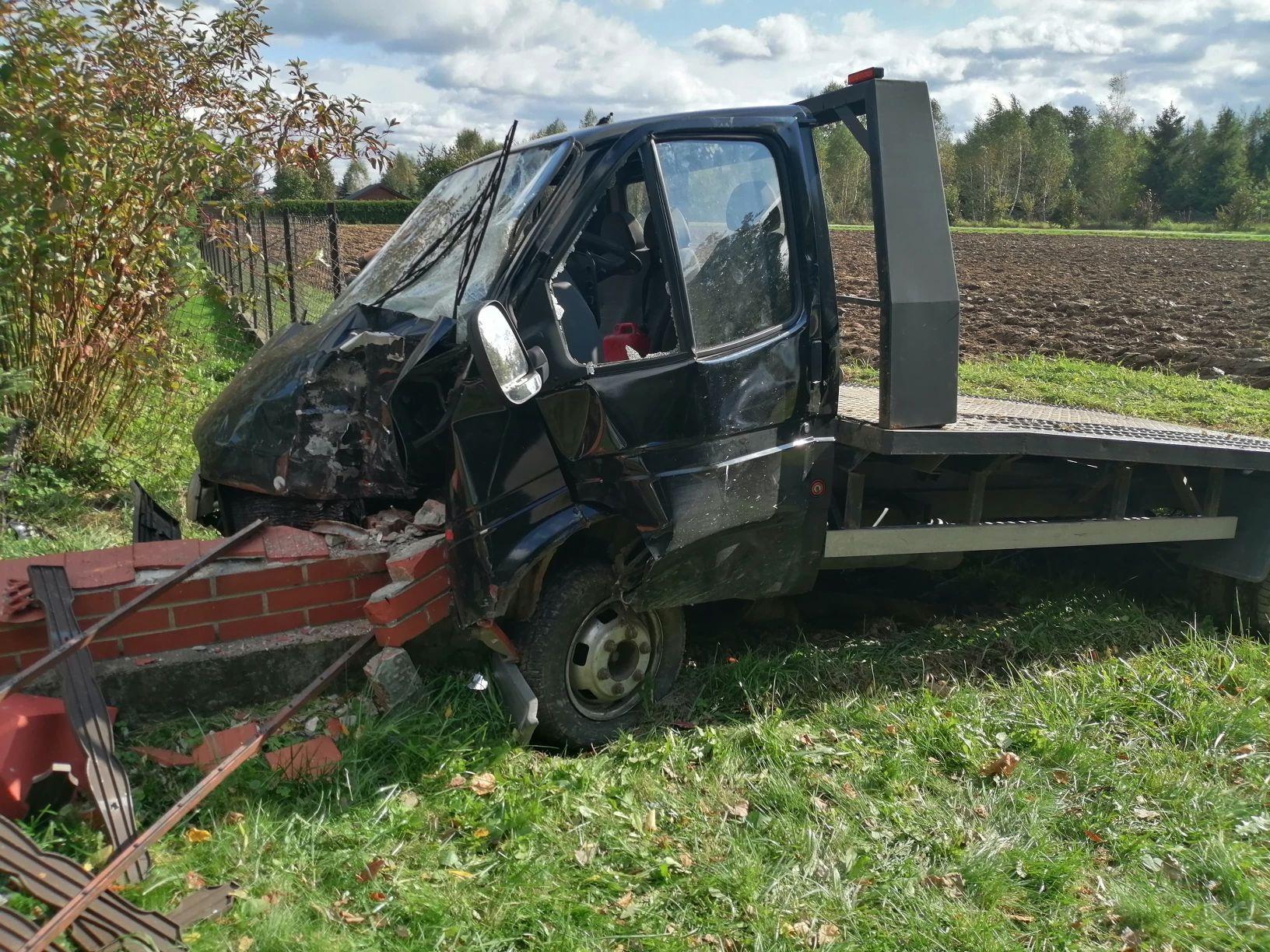 Ktoś ukradł auto i je roztrzaskał. 1000 zł nagrody za wskazanie sprawcy