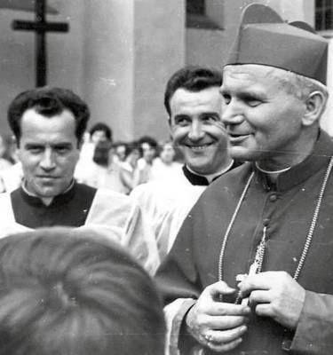 Starych fotografii czar... Biskup Wojtyła udzielał bierzmowania w Andrychowie [FOTO]