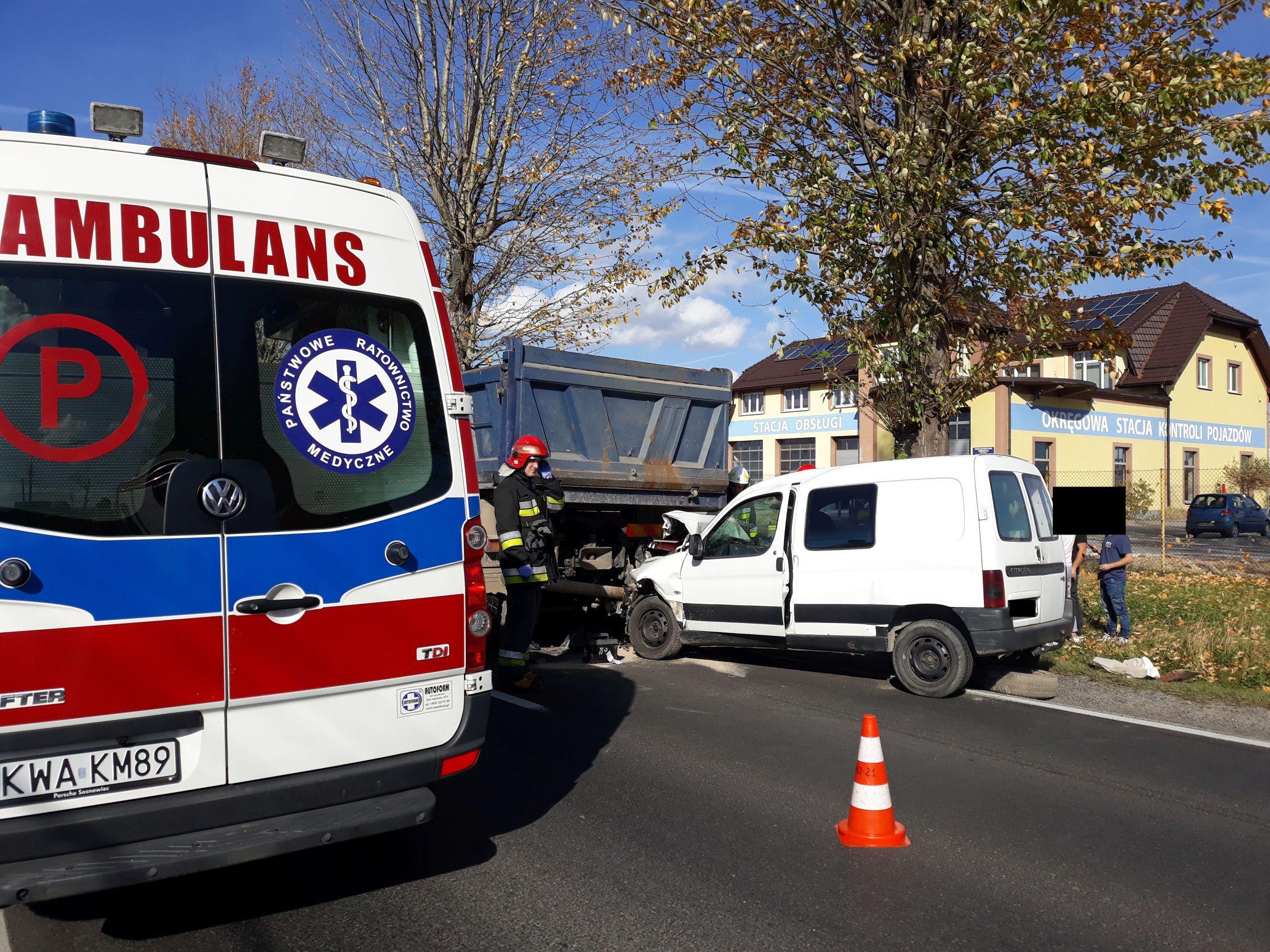 Wypadek na Krakowskiej w Andrychowie. Zderzenie z ciężarówką [FOTO]