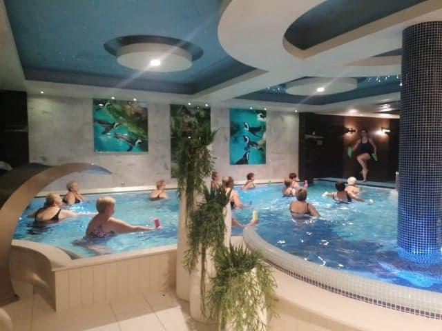 Zajęcia aerobiku/gimnastyki w wodzie w basenie krytym ośrodka Czarny Groń Hotel&SPA dla Gospodyń SGW