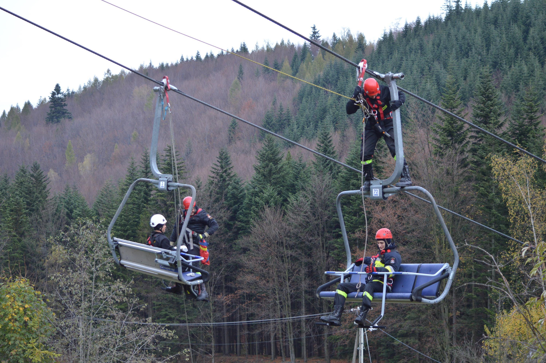 Strażacy ćwiczyli na wyciągu narciarskim na Czarnym Groniu [FOTO]