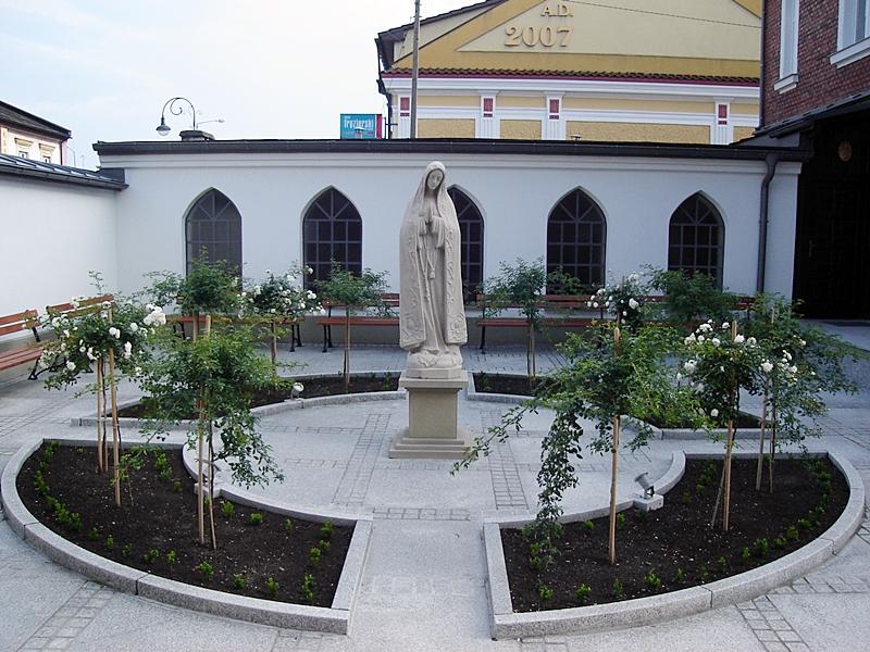 Tak wygląda odnowiony dziedziniec klasztoru Klarysek w Kętach [FOTO]
