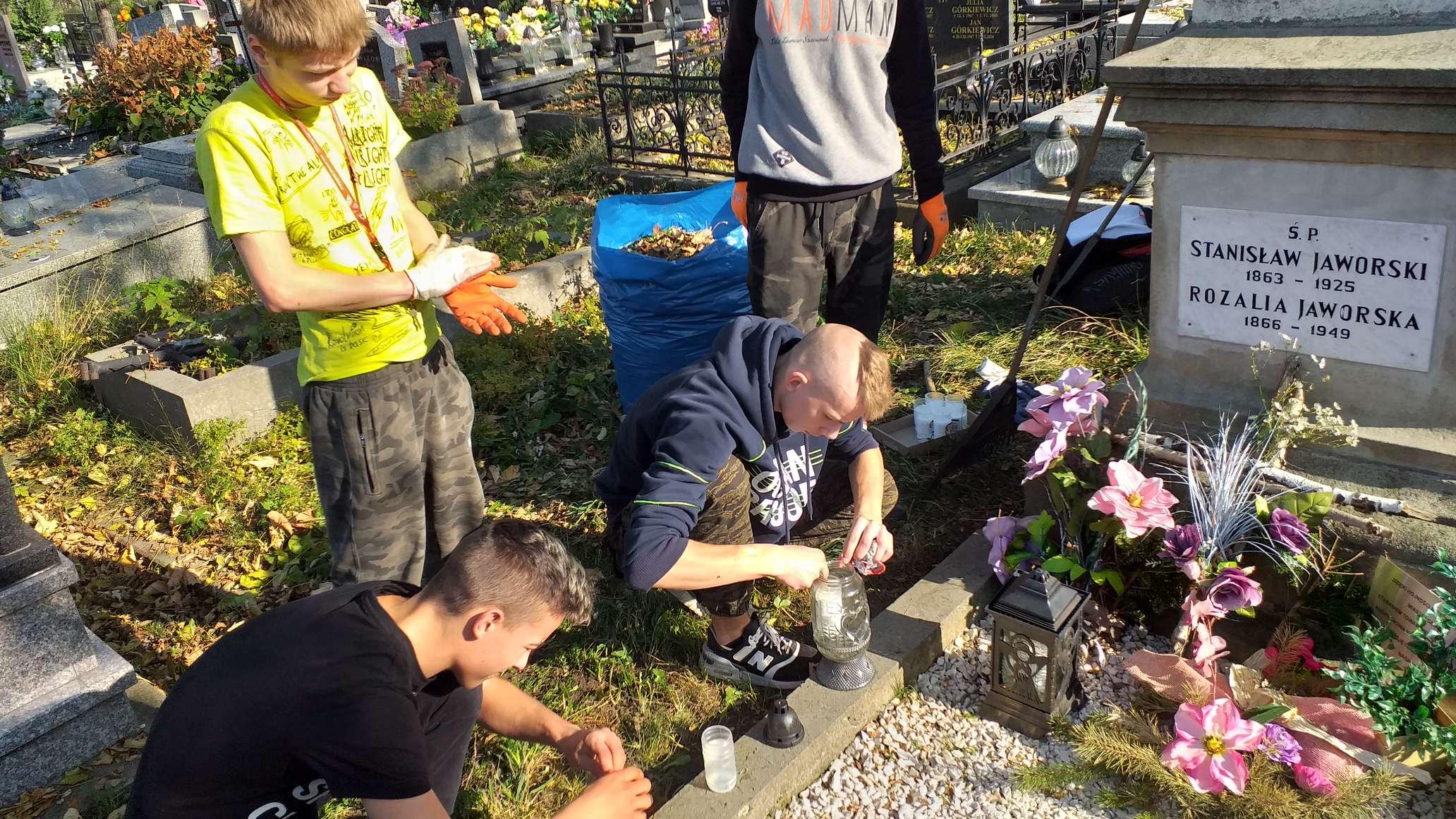1 listopada tradycyjna kwesta na andrychowskim cmentarzu. Wcześniej młodzież porządkowała groby