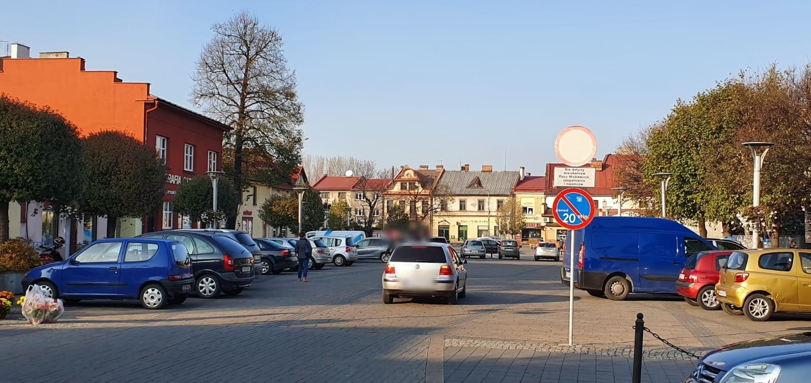 Uwaga z parkowaniem na placu Mickiewicza. Można dostać mandat