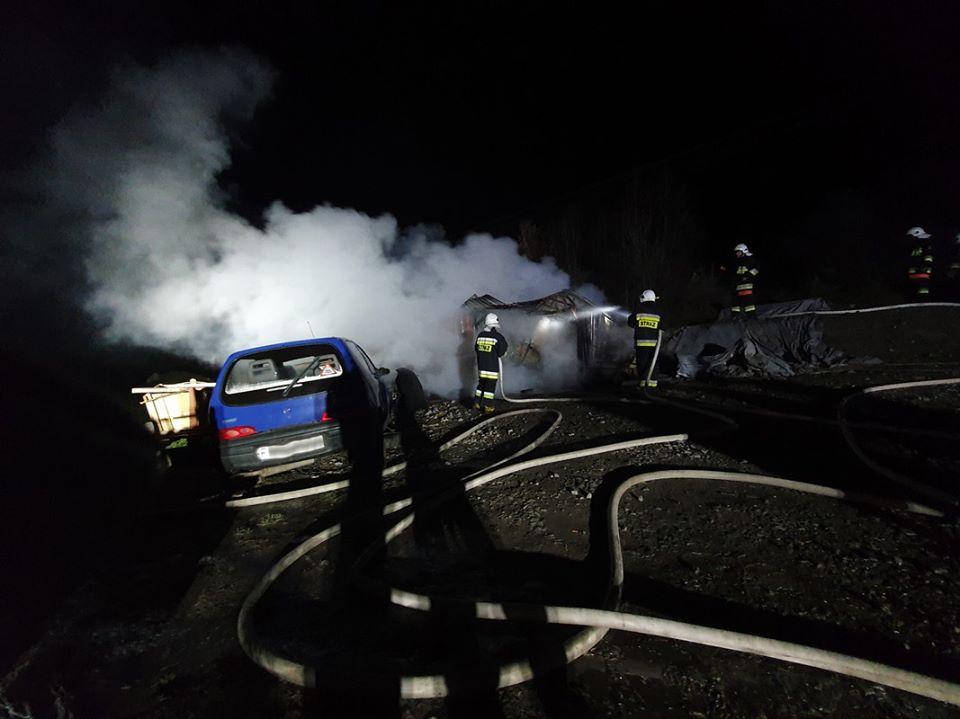 W nocy strażacy gasili pożar garażu