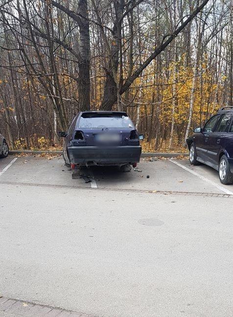 Porzucone wraki samochodów przy cmentarzu. Zainterweniowała straż miejska [AKTUALIZACJA]